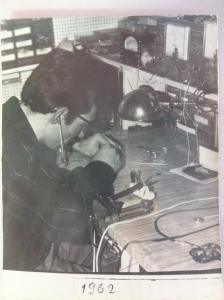 La réparation d'un appareil auditif par monsieur ROBERT du centre auditif Minitone.
